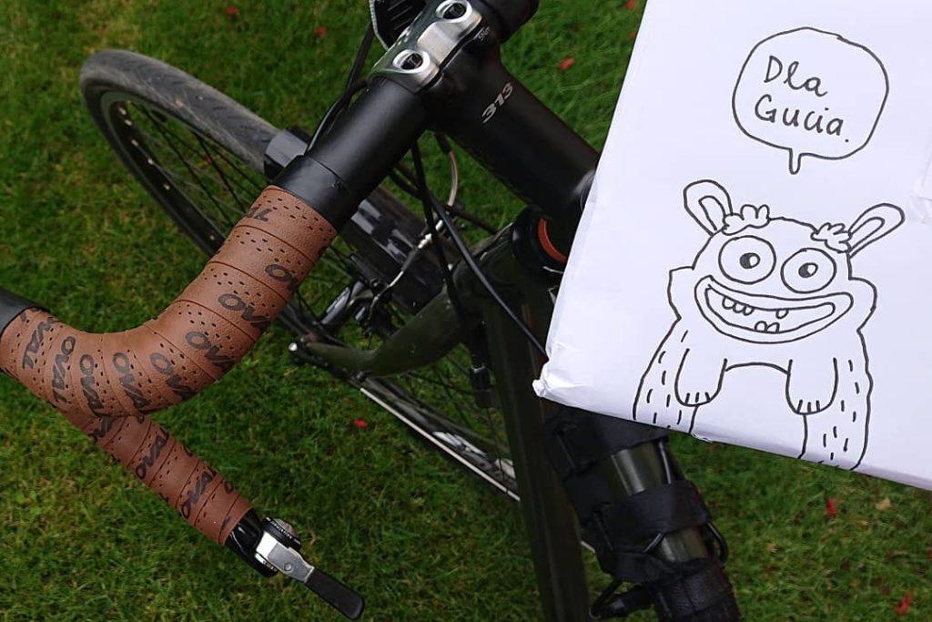 rower zpołożoną nanim paczką