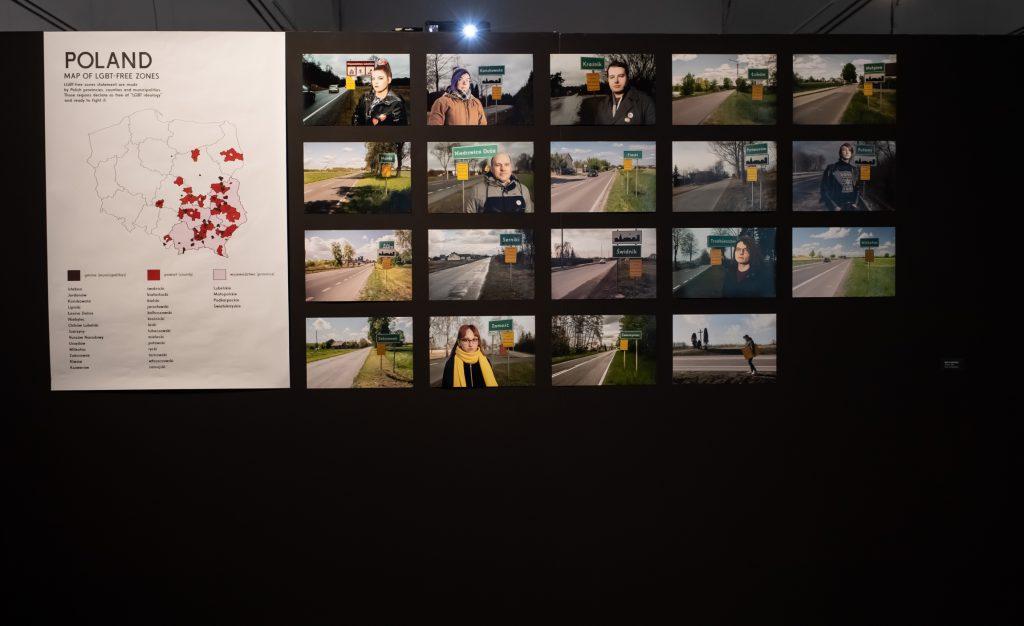 """Zestaw fotografii naktórychnapisy narogatkach miast imiasteczek które przyjęły uchwałę ostrefach nazywanych """"wolnymi odLGBT"""" stoją mieszkańcy tych miast. Obok mapa Polski zoznaczonymi gminami, które uchwałę przyjęły."""