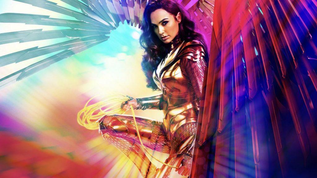 Kobieta ociemnych włosach, zezłotym lassem wdłoni, wbłyszczącej zbroi, zdopiętymi metalowymi skrzydałmi